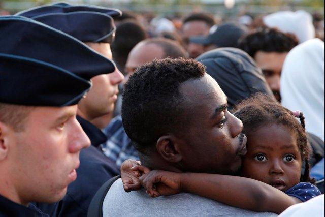 Francia expulsa a más de 2.000 refugiados en Porte de La Chapelle, París