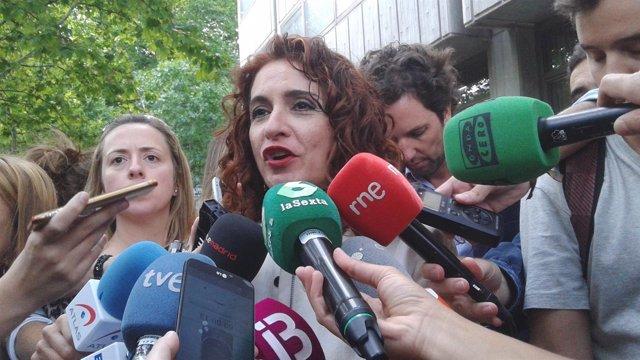 La consejera María Jesús Montero atiende a los medios a su llegada al CPFF