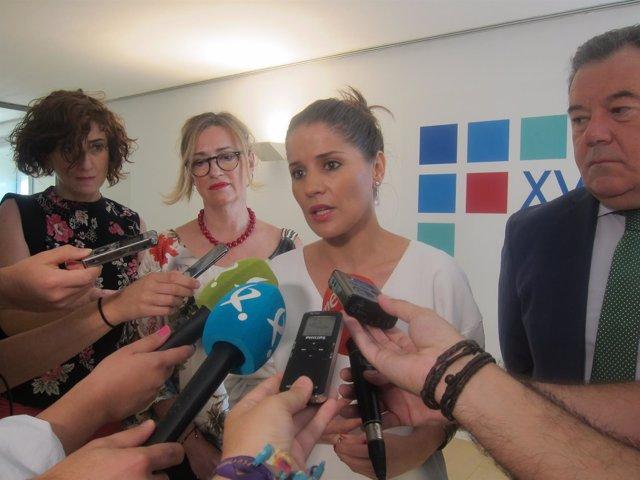 La portavoz de la Junta de Extremadura atiende a los medios de comunicación