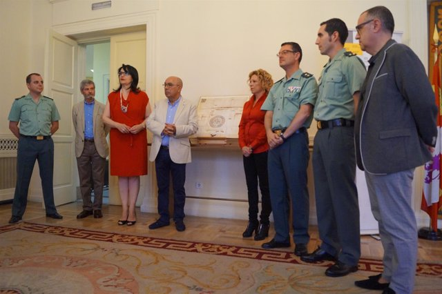 La Guardia Civil Entrega El Documento Expedido Por El Rey Sancho Iv En 1293 Que
