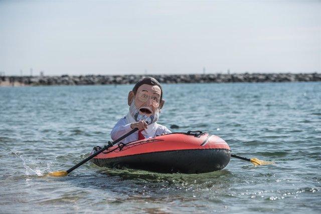 """El """"cabezudo"""" de Rajoy de Oxfam Intermon en la playa de la Mar Bella de Barcelon"""