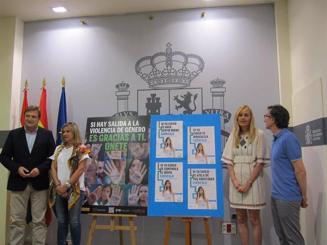 Bretón junto a Fenández, Hervías y Lorenzo con los carteles de la campaña