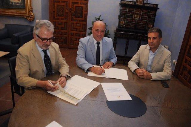 Antonio Ruiz (centro) durante la firma del convenio