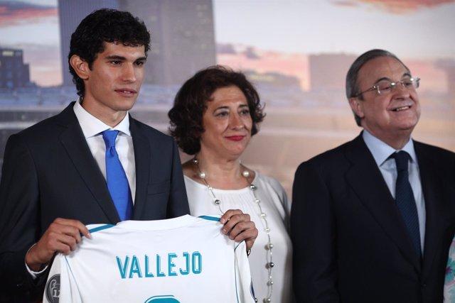 El jugador Jesús Vallejo, presentado por Florentino Pérez en el Bernabéu
