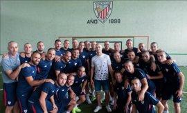 El Athletic se rapa la cabeza en apoyo de Yeray Álvarez