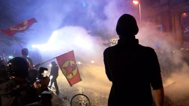 Batalla campal entre policía y activistas en Hamburgo