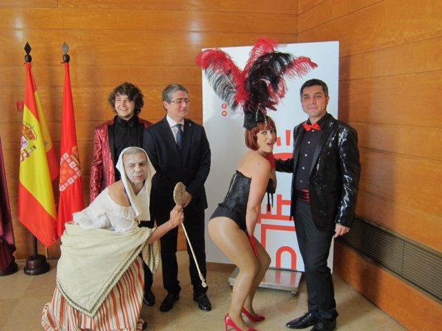 El concejal Jesús Pacheco, posa con los actores de las obras