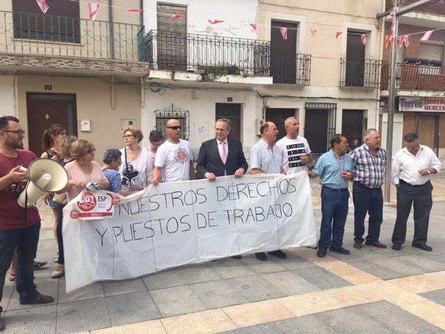 Antonio Miguel Carmona con los trabajadores de Villaconejos