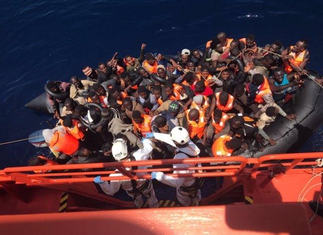 Patera con 61 personas rescatada en el Mar de Alborán