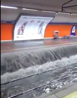 Imagen de la estación de Marques de Vadillo por las lluvias de ayer