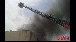 Bomberos trabajando en el incendio de la nave en Castellar del Vallès