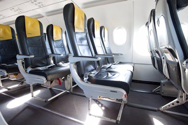 Interior de un avión de Vueling con asientos Slim Seat