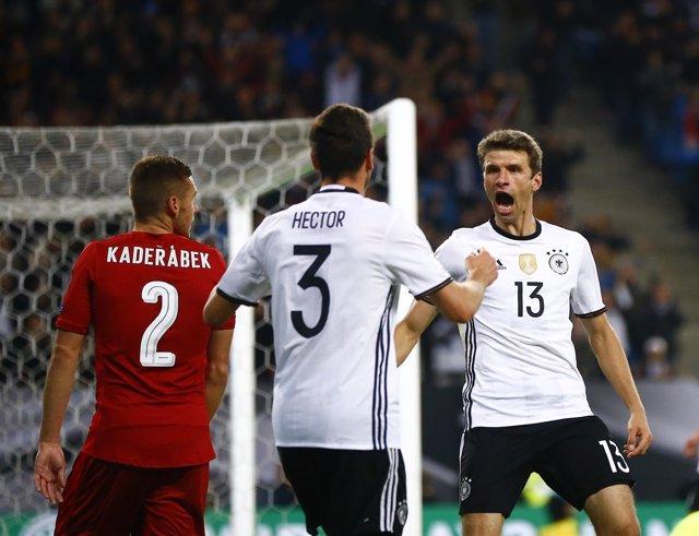 Muller celebra la victoria de Alemania en el camino a Rusia 2018