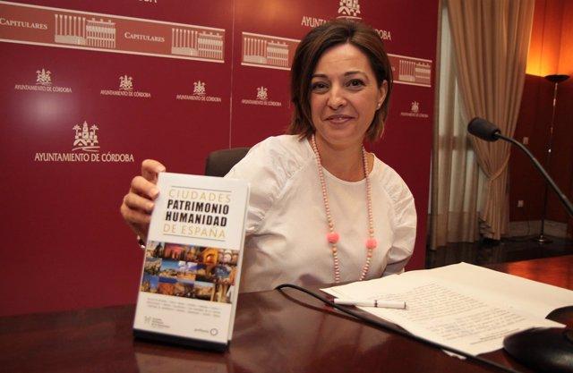 Isabel Ambrosio muestra la nueva Guía de las Ciudades Patrimonio