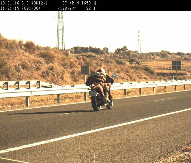 Denuncian a un motorista por exceso de velocidad