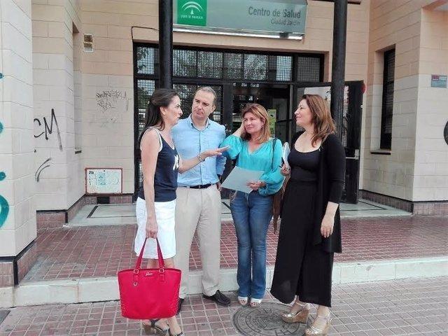 Crespo, junto al resto de parlamentarios por Almería, en el centro de salud