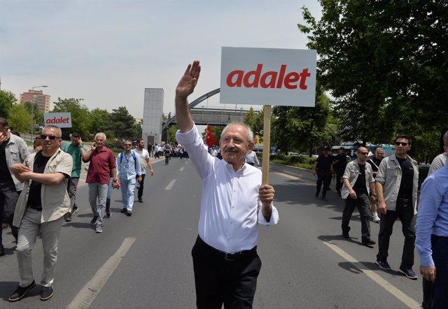 El líder del CHP, Kemal Kiliçdaroglu inicia una marcha de Ankara a Estambul