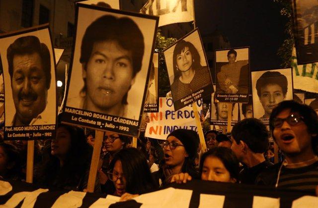 Manifestantes en Lima protestan contra el posible indulto a Fujimori.