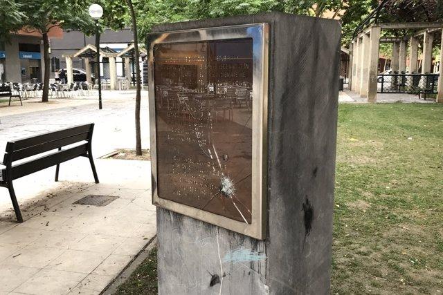 Placa en memoria de las víctias de ETA situada en la avenida Cataluña