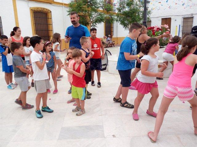 Las familias participantes han tenido que realizar un juego que las ha unido.