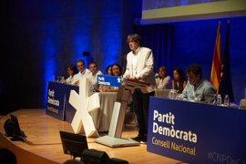 """Puigdemont critica que los 'comuns' vayan """"vestidos de antisistema"""" y pongan en duda el 1-O"""