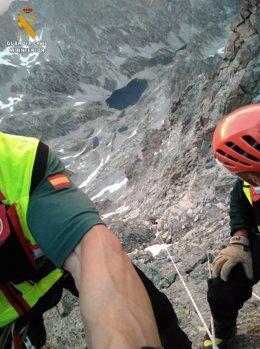 Imagen del rescate en la pared vertical de este pico