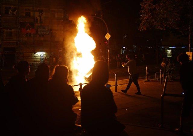 Manifsetantes contra el G20 queman contenedores en Hamburgo.