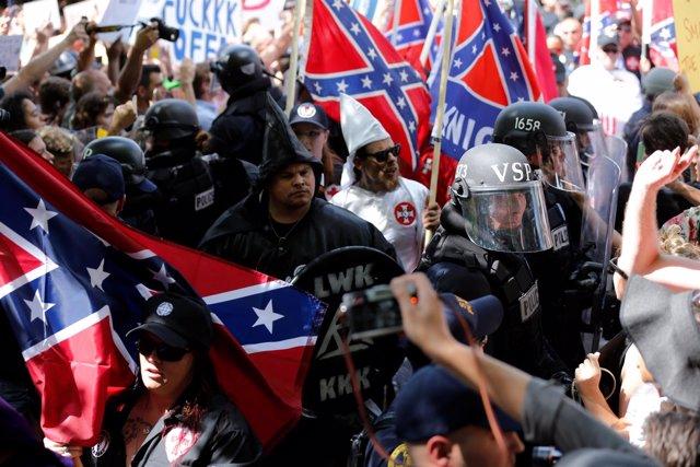 La Policía protege a varios miembros del Ku Klux Klan durante una manifestación.