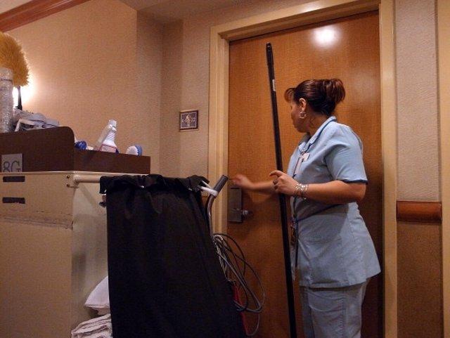Trabajadora de piso en un hotel