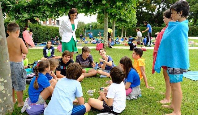 Gema Igual con niños de las actividades deportivas del IMD
