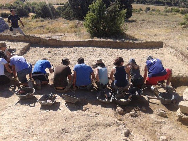 Universitarios trabajando en el yacimiento del Pueyo de Marcuello