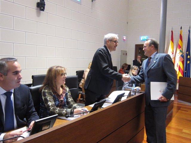 Sánchez Quero saluda a Artajona (PP) antes del pleno de la DPZ
