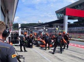 Fernando Alonso abandona la carrera tras un golpe de Kvyat