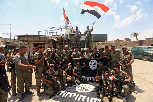 Militares iraquíes celebran la toma de Mosul