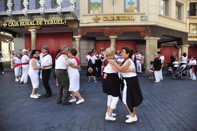 Vecinos de Teruel bailando y disfrutando de las Fiestas de la Vaquilla