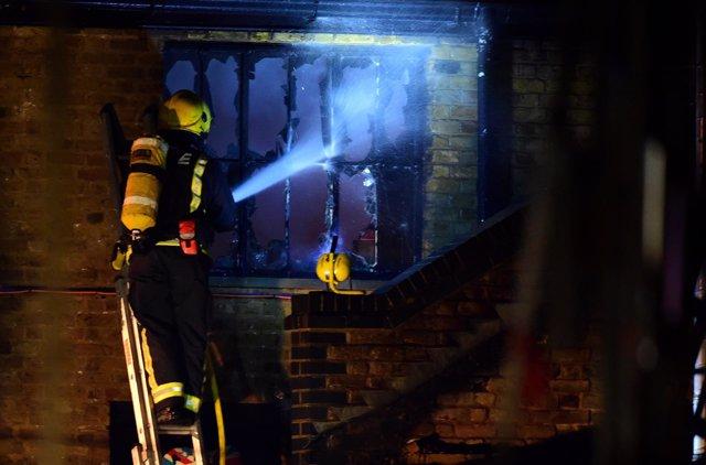 Bomberos controlan el incendio en el mercado Lock de Camden (Londres)