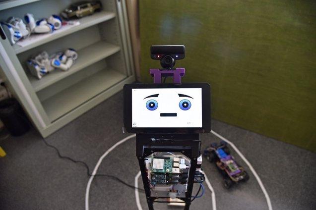 Foto: Este robot es capaz de detectar las emociones de un grupo de personas e interactuar con ellas (UPV)