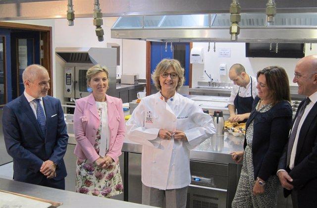 García Tejerina durante una visita a la Escuela Internacional de Cocina