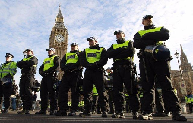Una columna de policías cerca del Parlamento británico