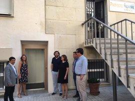 Reyes visita el centro de la Fundación Proyecto Hombre reformado con la colaboración de la Diputación