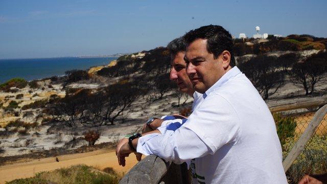 El presidente del PP-A, Juanma Moreno, en el camping Doñana de Mazagón (Huelva)
