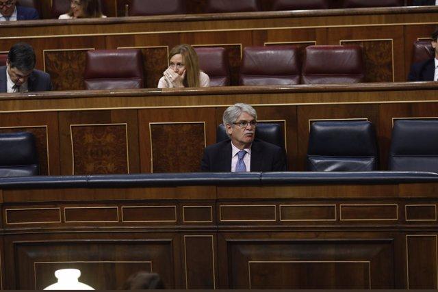 Alfonso Dastis sentado en su escaño en el Congreso