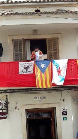 Una bandera proetarra en la fiesta de San Fermín de Llubí