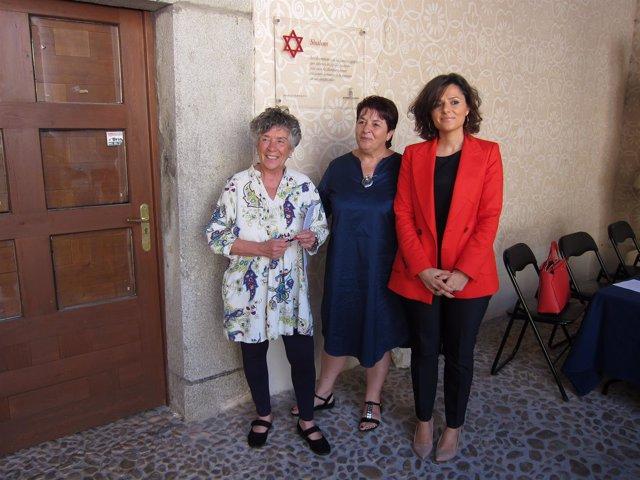 La directora del festival, Teresa Tardío; la alcaldesa de Segovia, Clara Luquero