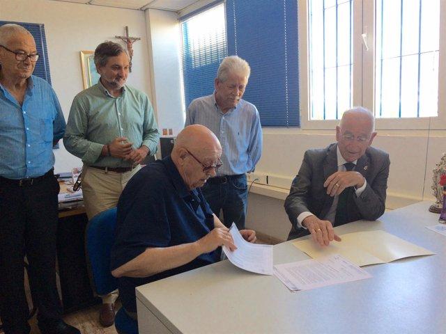 Gabriel Amat y Juan Azorín, durante la firma de la subvención de 5.000 euros.