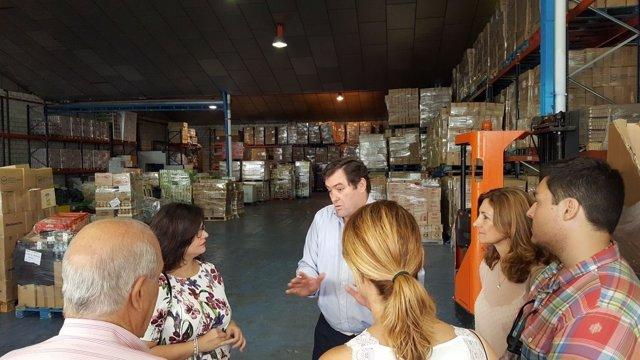 Integrantes del PP en su visita al Banco de Alimentos de Sevilla.