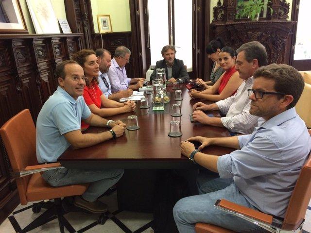 Consejero de medioambiente y alcaldes de Doñana en una reunión