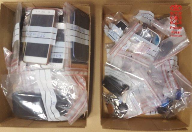 Cajas con objetos perdidos recuperados por Policía Foral.