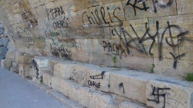 Cs pide que se limpien los grafitis que afean el Puente de Piedra