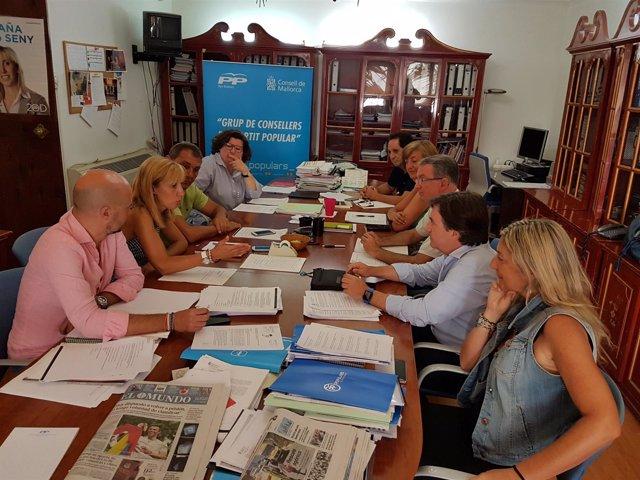 Grupo del PP del Consell de Mallorca preparando un pleno
